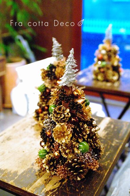 クリスマスを彩る花と松ぼっくりのツリー
