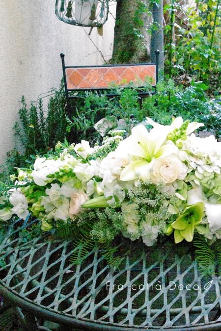ホワイトグリーンのオーバル型テーブルセンター