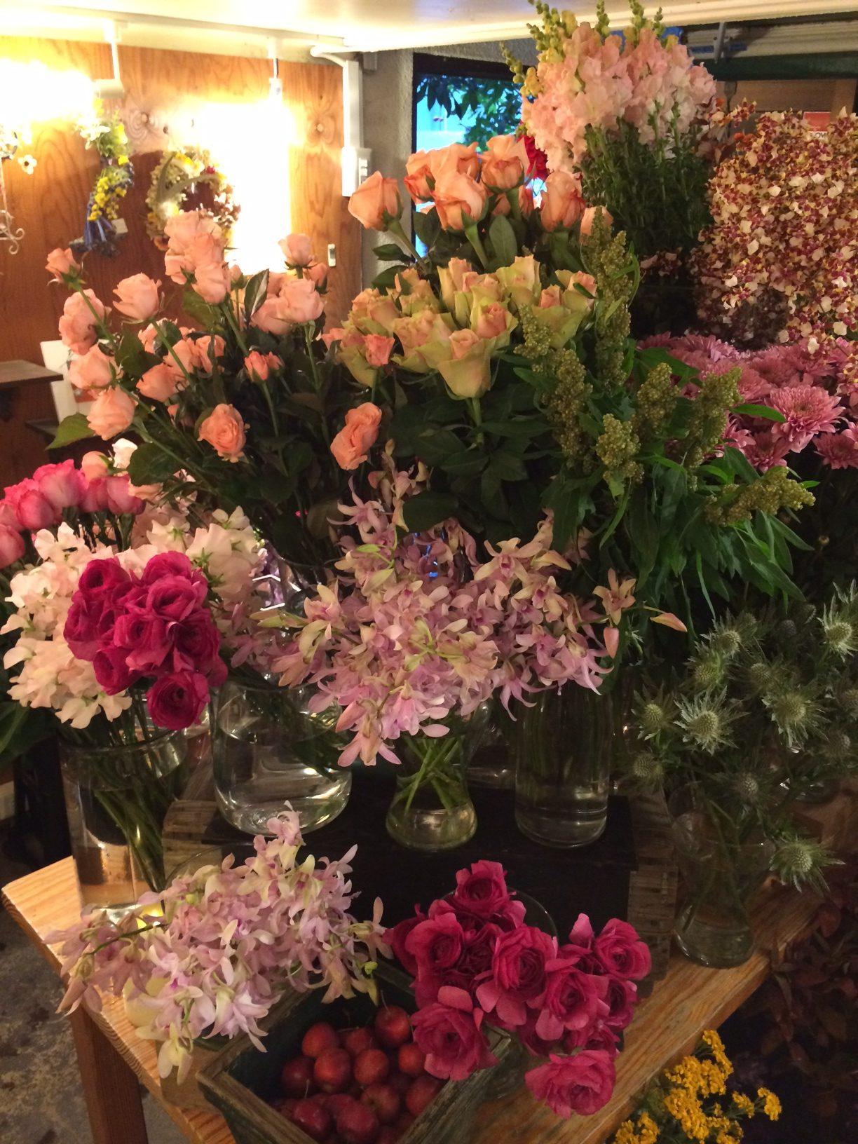 今週末の店頭には色鮮やかなバラが並んでいます。