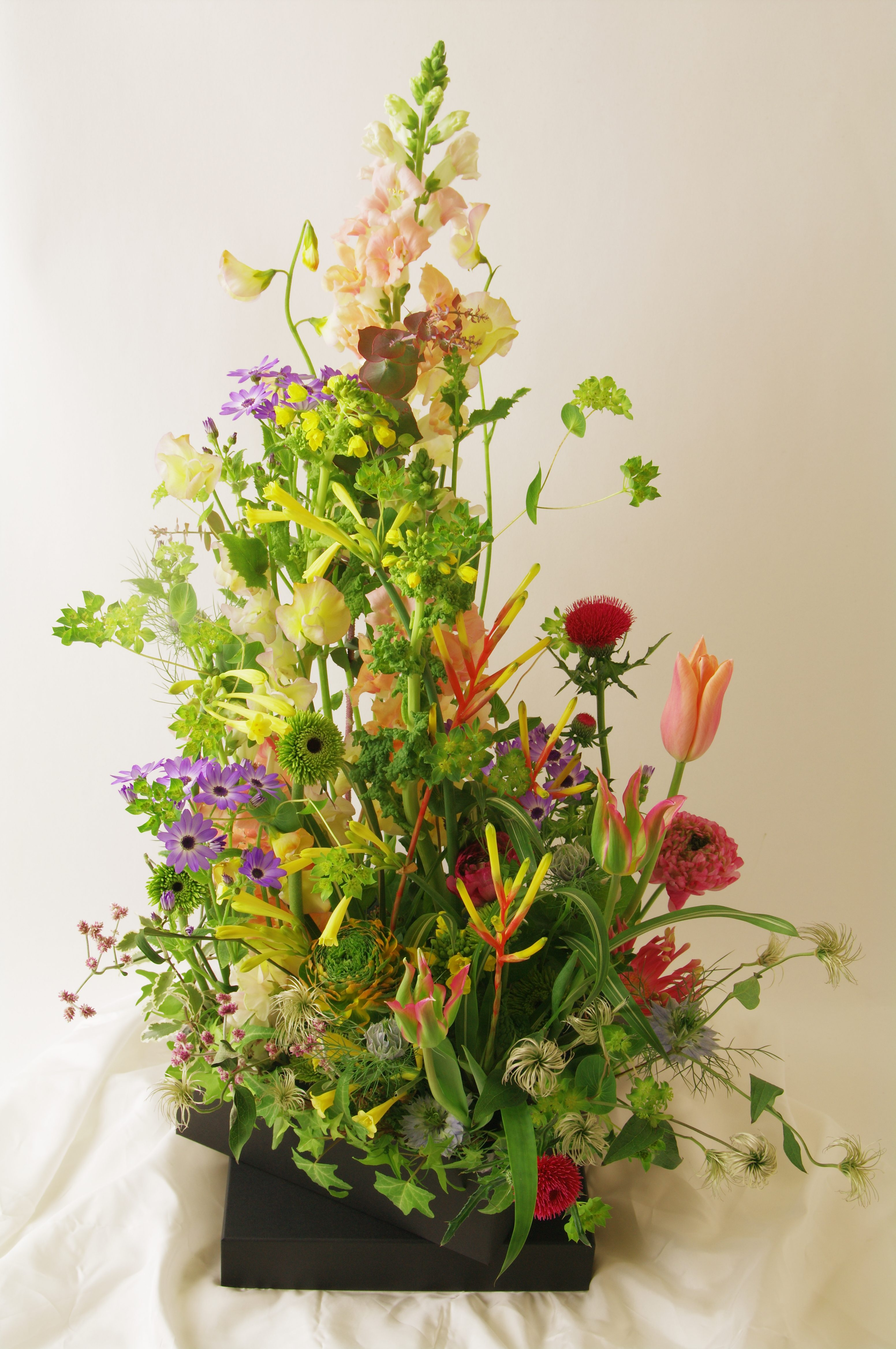 見ていて幸せになる花活けをお届けします。