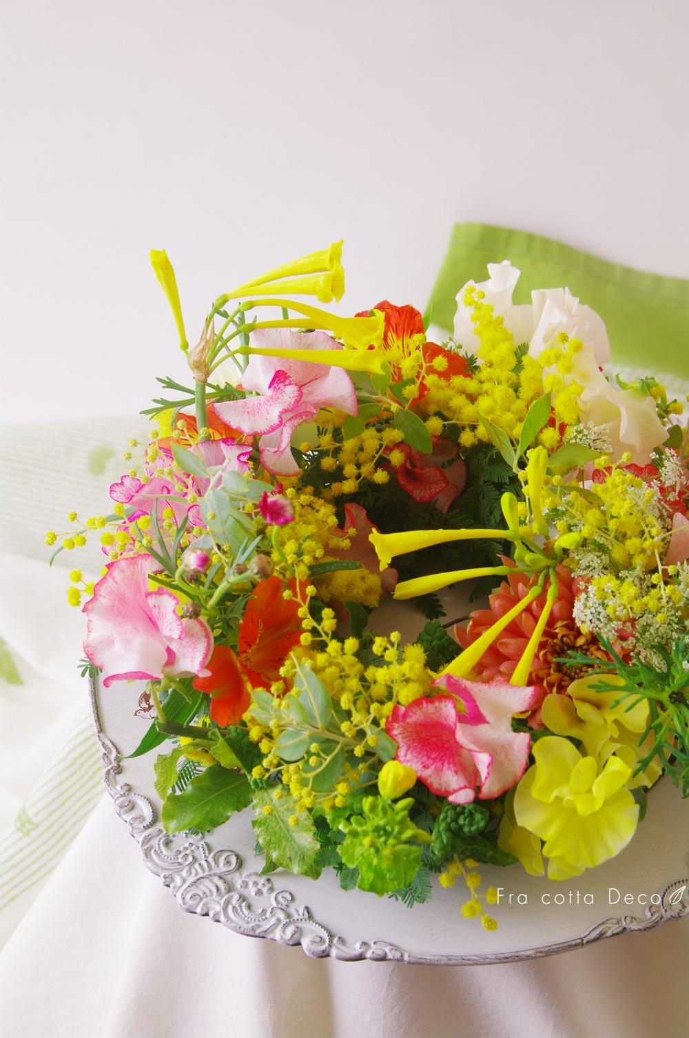 ミモザと季節のお花を使ったテーブルリース